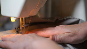 De lengte van vrouw naait op de naaimachine 4K stock footage