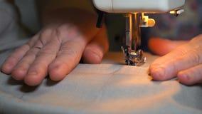 De lengte van vrouw naait op de naaimachine 4K stock videobeelden