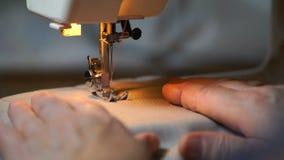 De lengte van vrouw naait op de naaimachine 4K stock video