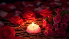 De lengtebeweging van bloembloemblaadjes, nam en kaars het branden toe De dag van de valentijnskaart stock videobeelden