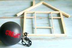 De leningsconcept van de slavenhuisvesting met de bal van het kredietijzer en huissymbool Royalty-vrije Stock Afbeeldingen