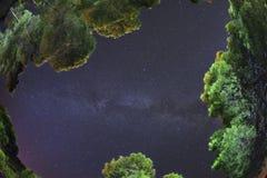 De lens van het vissenoog op de Melkweg tussen het Eiland van de pijnbomen bossan Domino Tremitiarchipel Apulia, Italië dit is ec stock foto