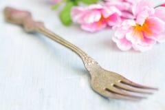 De lente abstract achtergrondvoedselconcept met vork en kersenbloesem Royalty-vrije Stock Foto's