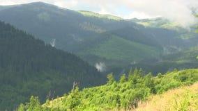 De lente betrekt bergen stock footage