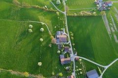 De lente in centraal Zwitserland met bloeiende fruitbomen en landbouwbedrijven stock afbeelding