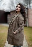 De lente in de stijl van het land Volledig lengteportret van jonge vrouw in witte gebreide sweater en bonthoed die zich in de voo Stock Foto's