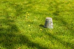 De lente die - ten val gebrachte pottenbovenkant tuinieren - neer in gras, copyspac Royalty-vrije Stock Foto