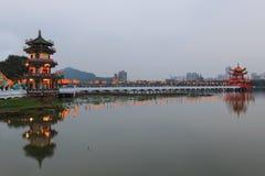 De lente en Autumn Pavilions, Lotus Pond, Kahosiung stock afbeeldingen