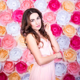 De lente en de zomerconcept - portret van jonge mooie vrouw ov Stock Afbeelding