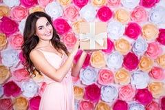 De lente en vakantieconcept - gelukkige jonge mooie vrouwenstandi Stock Foto