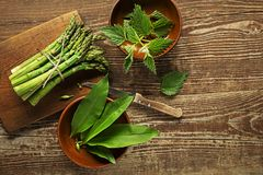 De lente gezond voedsel met aspergenetel en wild knoflook royalty-vrije stock fotografie