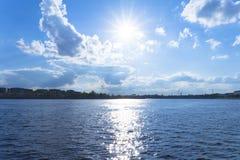 De lente heldere zon in de stad op Neva River stock fotografie