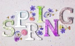 De lente het bloemen van letters voorzien royalty-vrije stock afbeeldingen