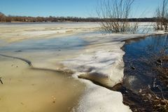 De lente Het laatste ijs op de rivier De Witrussische Lente van 2013 van Vitebsk van de Dvinarivier Royalty-vrije Stock Foto's