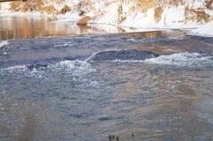 De lente, ijssmeltingen op de rivier Royalty-vrije Stock Foto