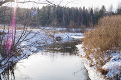 De lente, ijssmeltingen op de rivier Royalty-vrije Stock Foto's