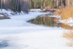 De lente, ijssmeltingen op de rivier Royalty-vrije Stock Afbeelding