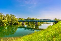 De lente in ijver, rivier Kupa stock foto's