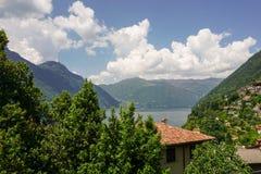 De lente in Italië Gebouwen op de heuvel royalty-vrije stock foto's