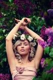 De lente ModelGirl met Prom-Kapsel in openlucht royalty-vrije stock foto's