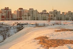 De lente ontdooide flarden de sneeuw smelt de aarde is zichtbaar Stock Foto
