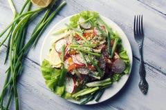 De lente Plantaardige Salade op de witte plaat vegan Stock Fotografie