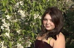 De lente Portret van een meisje die zich dichtbij een tot bloei komende appelboom bevinden stock afbeeldingen