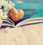 De lente romantisch boeket van een wit sering en een hart Royalty-vrije Stock Afbeeldingen