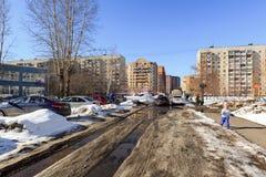 De lente slushy weg in de woonbuurt in de stad van Balashikha, het gebied van Moskou, Rusland Stock Foto's