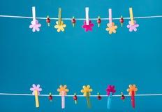 De lente van de wasknijpersdraad backround De Foto van de hoge Resolutie Stock Fotografie