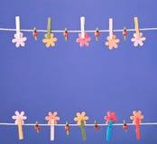 De lente van de wasknijpersdraad backround De Foto van de hoge Resolutie Stock Foto's