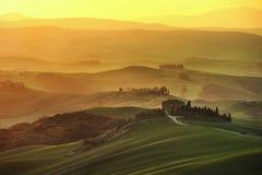 De lente van Toscanië, rollende heuvels op nevelige zonsondergang Landelijk landschap royalty-vrije stock foto