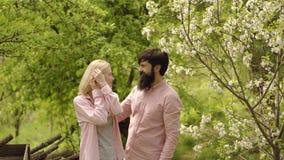 De lente of zomer voor paar in liefde op de boerderij Het concept van de ecologie Paar die pret op gebied hebben Amerikaans Landb stock footage