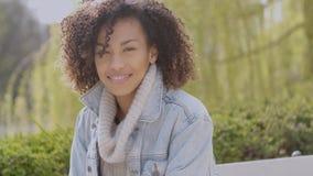 De lente of zonnig de herfst openluchtportret van mooie gemengde ras jonge vrouw stock videobeelden