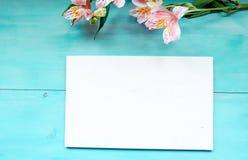 De lenteachtergrond van houten raad in entrepot met een Raad van de etiketlay-out op een blauwe houten achtergrond met bloemen Royalty-vrije Stock Foto's