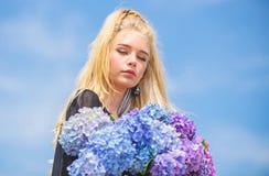 De lentebloei Zachte bloemen voor gevoelige vrouw Zuivere schoonheid Tederheid van jonge huid Schoonheid van lentetijd royalty-vrije stock fotografie