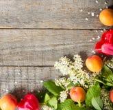 De lentebloemen, abrikozen op houten achtergrond Stock Afbeeldingen