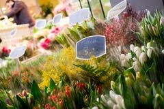 De lentebloemen bockets bij straat worden verkocht die royalty-vrije stock foto's