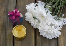 De lentebloemen en giftdoos voor 8 Maart Royalty-vrije Stock Afbeeldingen