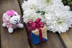 De lentebloemen en giftdoos voor 8 Maart Royalty-vrije Stock Afbeelding