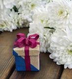 De lentebloemen en giftdoos voor 8 Maart Stock Foto