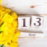 De lentebloemen en Houten Blokken met de Datum van de Moedersdag, 13 Mei, Royalty-vrije Stock Afbeelding