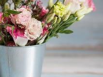 De lentebloemen in kleine tinemmer Bos van verschillende de lentebloemen in kleine tinemmer Rustieke houten achtergrond Royalty-vrije Stock Foto