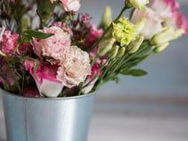 De lentebloemen in kleine tinemmer Bos van verschillende de lentebloemen in kleine tinemmer Rustieke houten achtergrond Royalty-vrije Stock Afbeelding