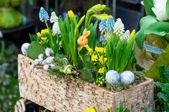 De lentebloemen op de straat worden verkocht die Bloemen in ceramische potten Pasen-markt op de straten van Wenen royalty-vrije stock afbeelding