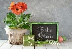 De lentebloemen, Pasen-decoratie en een bord op wit lusje Royalty-vrije Stock Fotografie