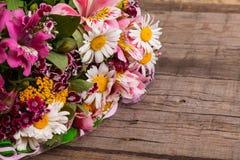 De lenteboeket van flowerson de houten achtergrond Royalty-vrije Stock Afbeeldingen