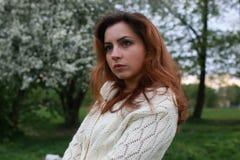 De lenteboom van het meisjesportret Royalty-vrije Stock Afbeeldingen