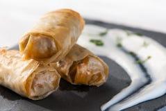De lentebroodje met saus op plaatlei Royalty-vrije Stock Fotografie