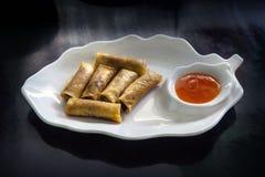 De lentebroodjes (Dim sum of Loempia), keuken op de lijst. Stock Afbeeldingen